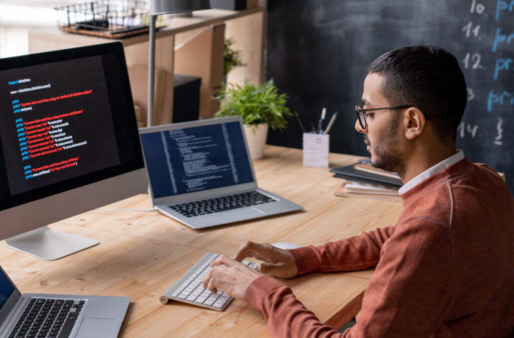 concentrado-programador-óculos-espécia-tabela-tabela-tabela-among-três-computador-codificador-enquanto-codificador